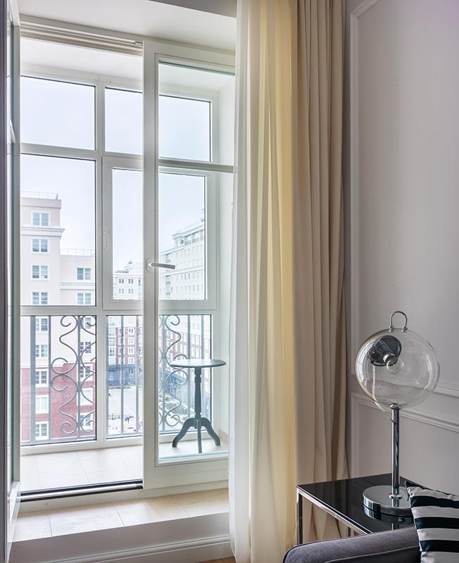 отделяются французские окна в квартире на балкон фото есть