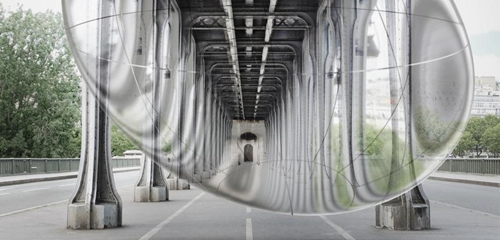 Художник Винсан Леруа надул пузырь под парижским мостом