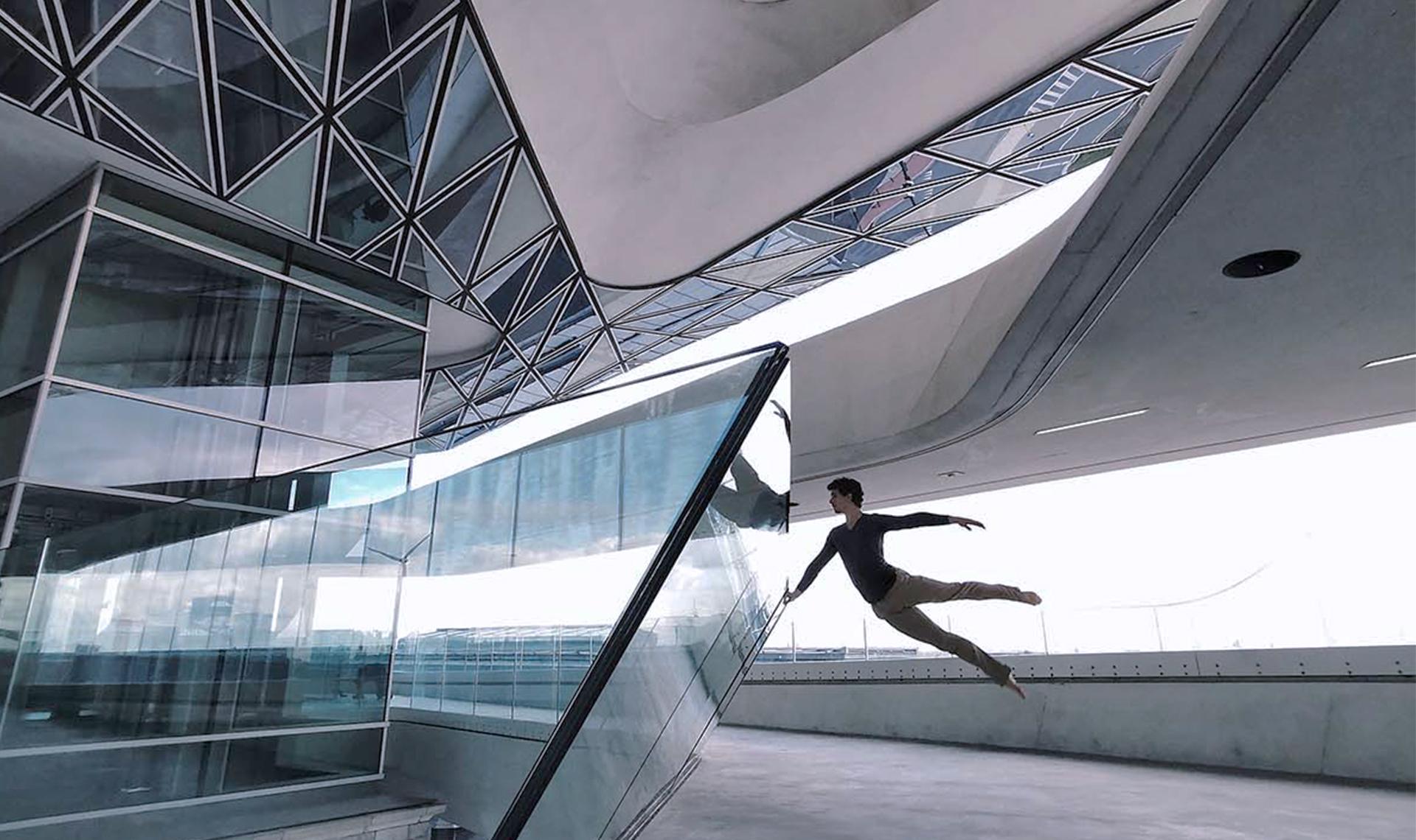 Танец на фоне архитектуры Захи Хадид