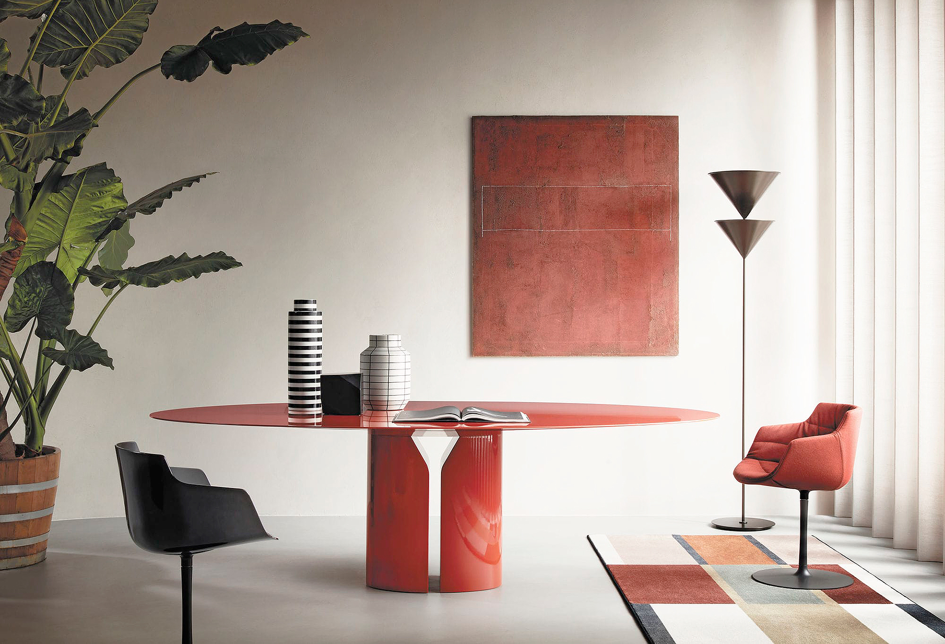 Тренды 2020/2021: столы с широкими опорами и круглыми поверхностями