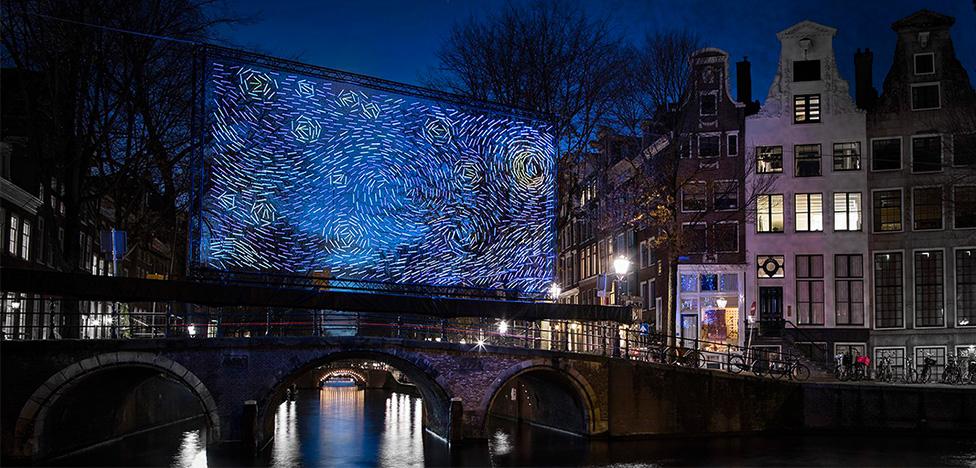 «Звездная ночь» Ван Гога на фестивале света Амстердаме