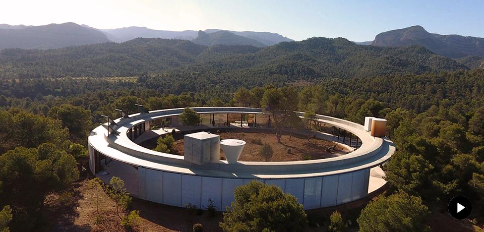 Office KGDVS: прозрачный дом в испанском лесу