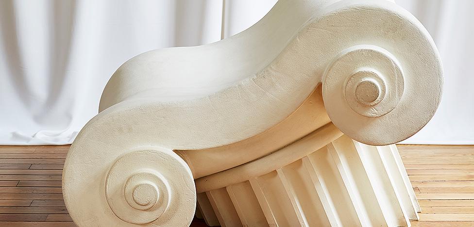 Новая античность: кресла-капители, светильники-колонны. Выставка в Париже