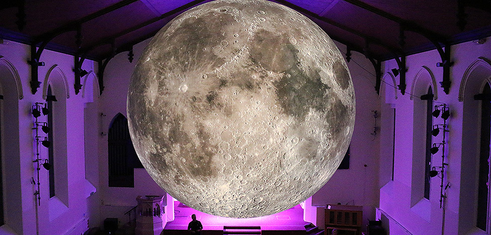 Люк Джеррам (Luke Jerram): путешествие луны вокруг света