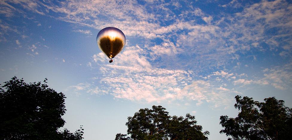 Художник Даг Эйткен поднял в небо зеркальный шар