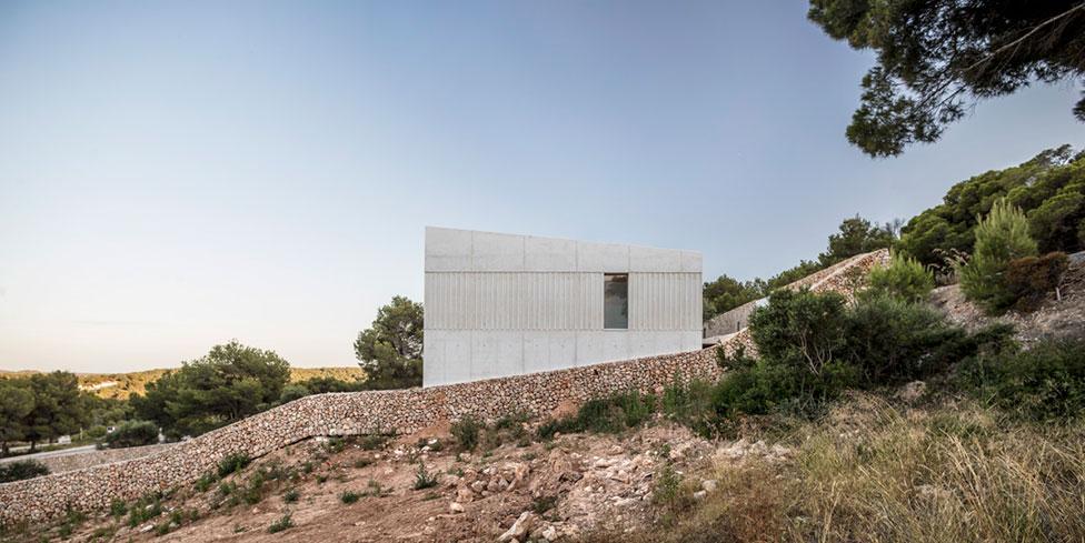 Белый куб с видом на море по проекту Nomo