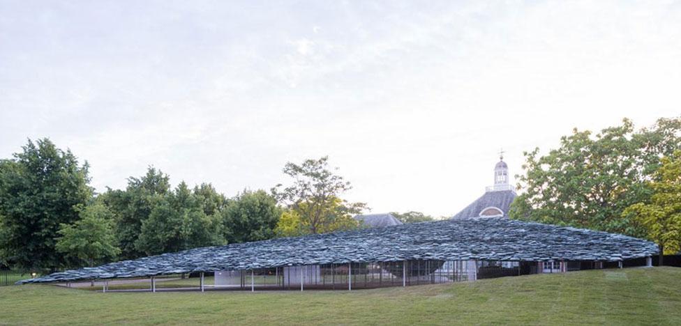 Дзюнья Исигами и временный холм в лондонском парке