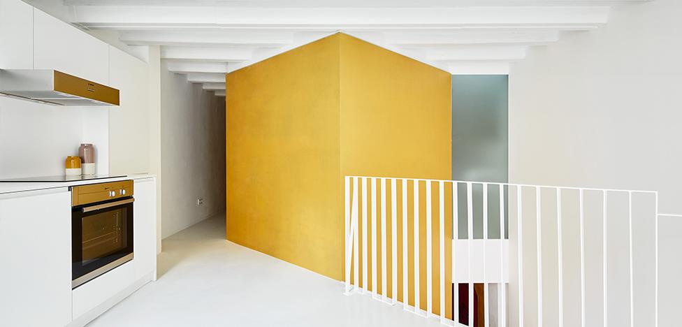 Raul Sanchez Architects: квартира с золотыми кубами в Барселоне