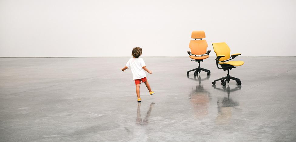 Урс Фишер: танцующие кресла в Gagosian Gallery