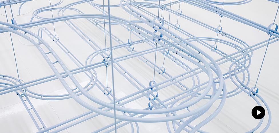 COS x Snarkitecture в Сеуле: 100 000 мраморных шариков