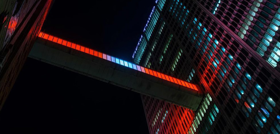 Phillip K. Smith III: мост между небоскребами