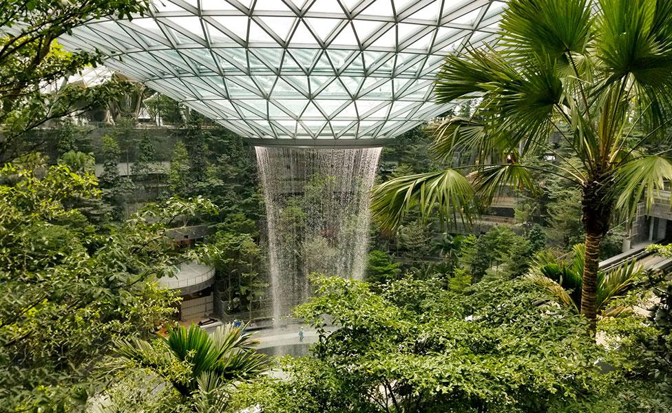 Safdie architects: гигантский водопад в сингапурском аэропорту