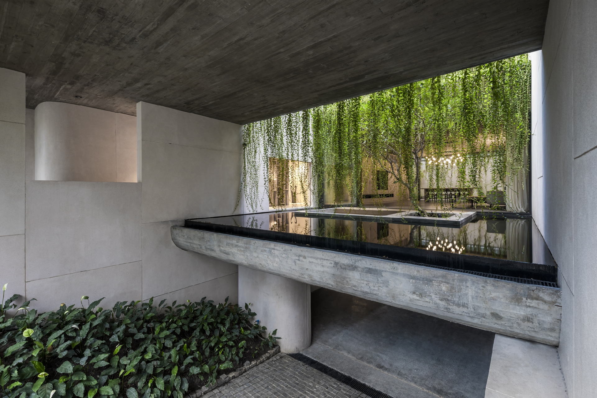 MIA Design Studio: дом с садом в центре Хошимина