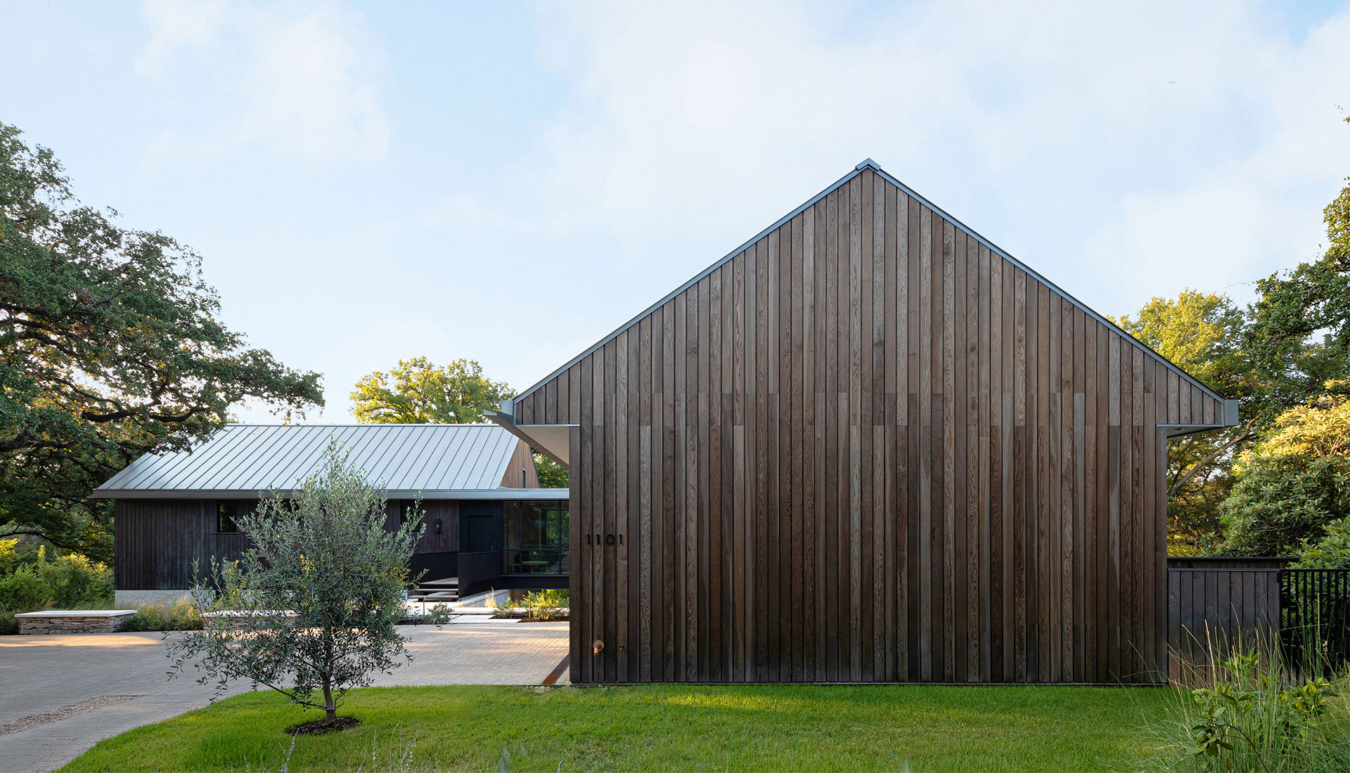 Семейный дом среди деревьев по проекту Tim Cuppett Architects
