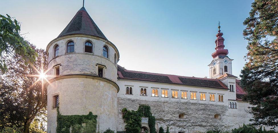 Молодой дизайн в замке Холленег