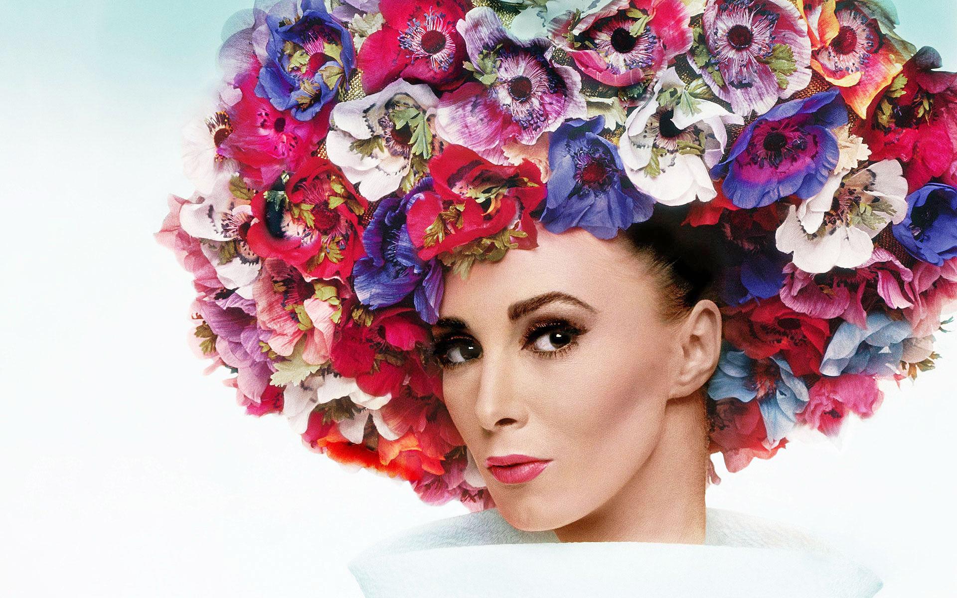 Книга Стивена Джонса о роскошных головных уборах Dior