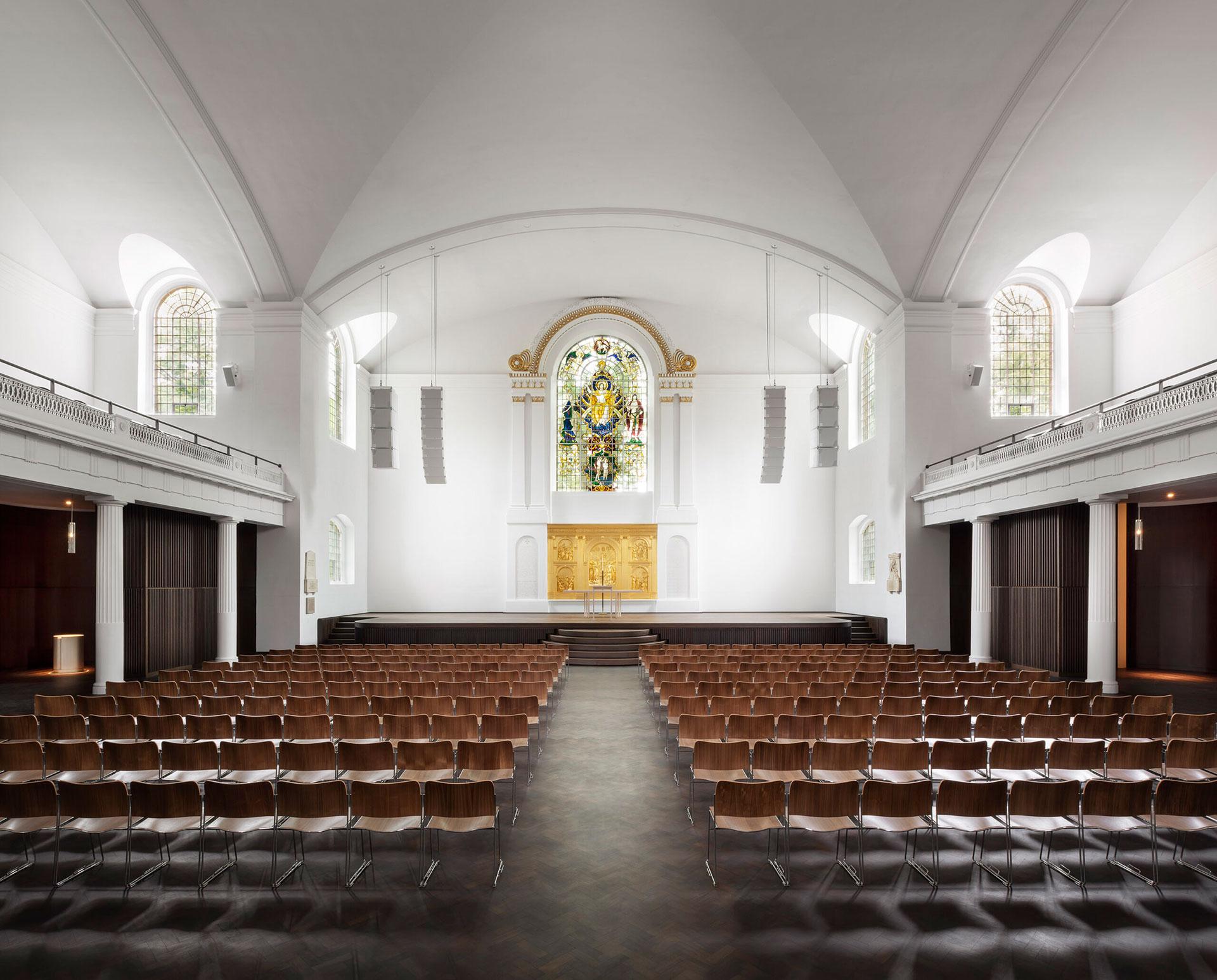 Джон Поусон обновил интерьеры церкви в Восточном Лондоне