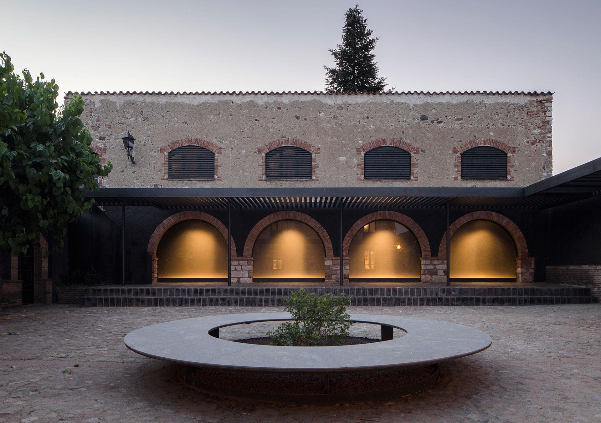 Francesc Rifé Studio: реконструкция фермы в Испании