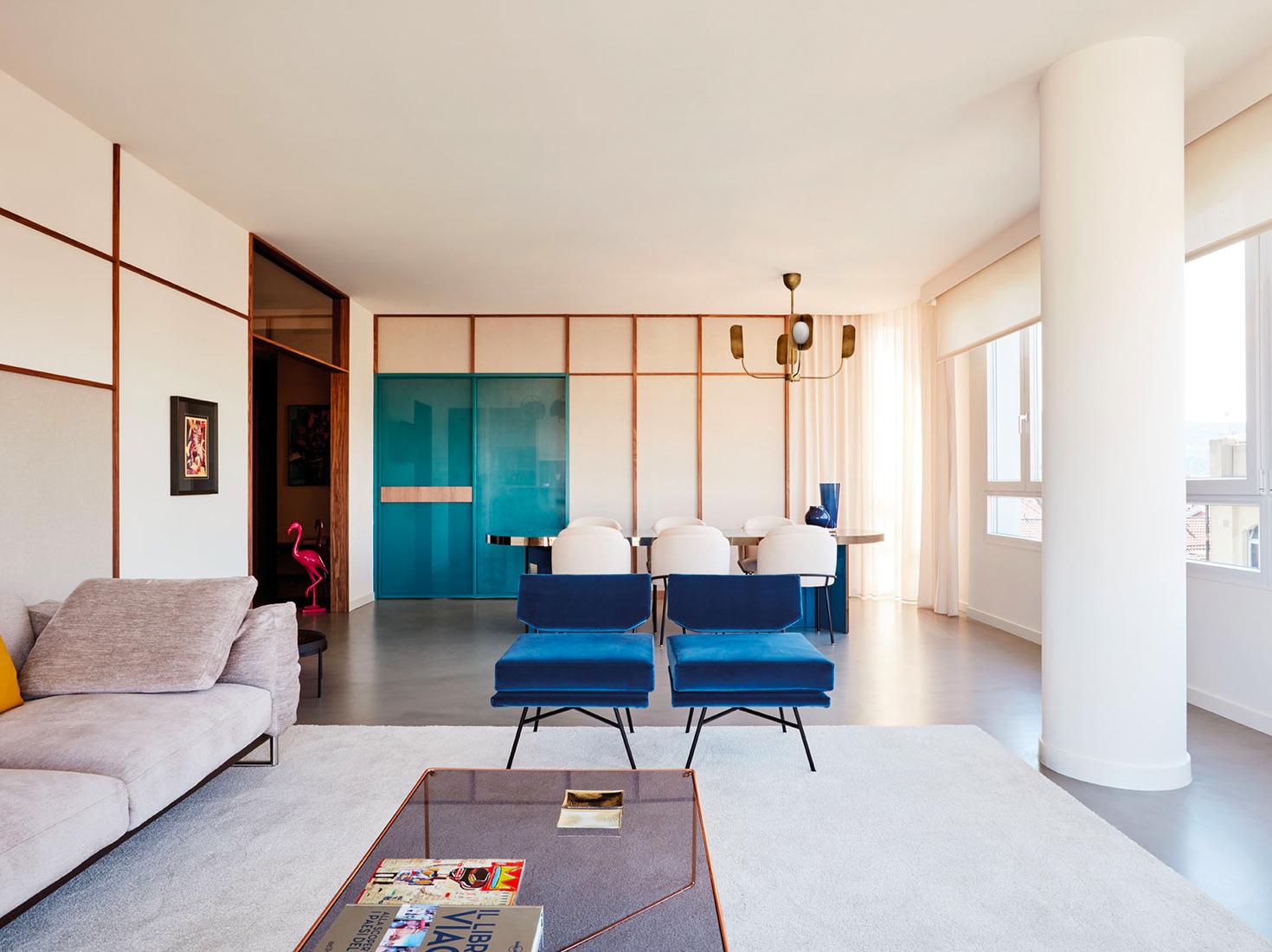 Синий диван в гостиной фото