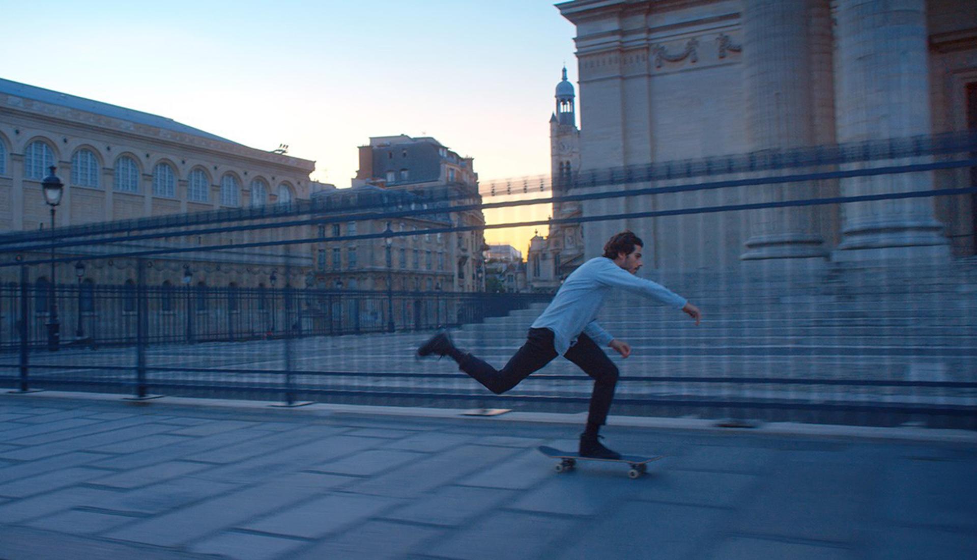 Скейтбордист в Лувре фото
