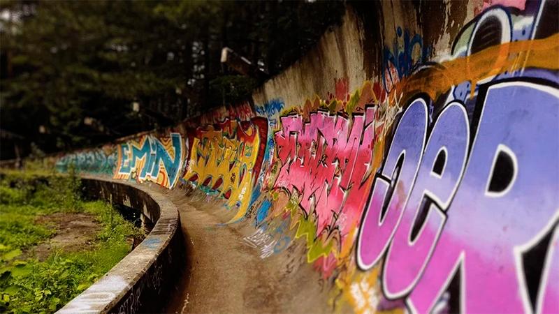 Заброшенная олимпийская деревня Сараево фото
