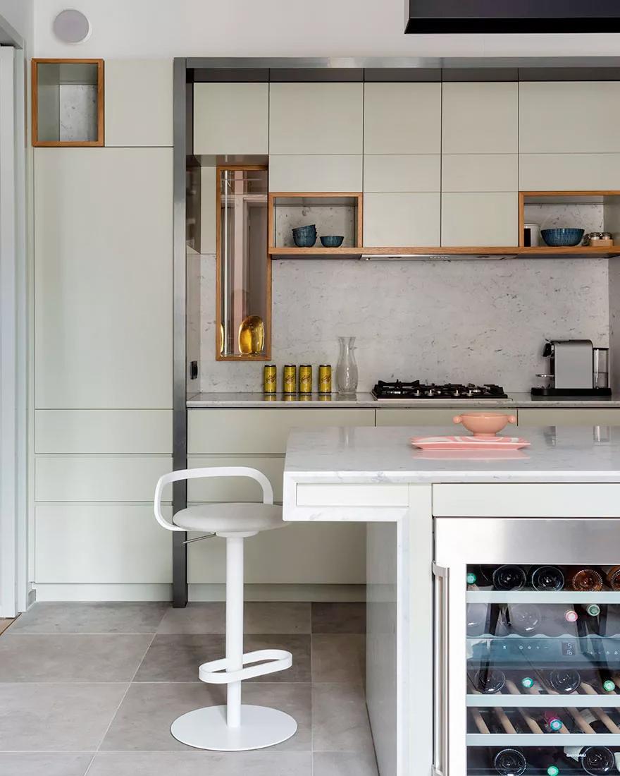 Обеденный стол на кухне фото