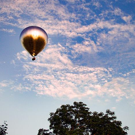 Художник Дуг Эйткен поднял в небо зеркальный шар