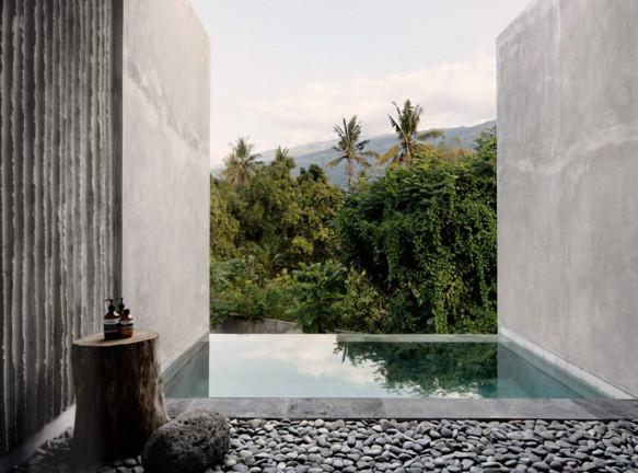 Бетонный отель среди джунглей на Бали