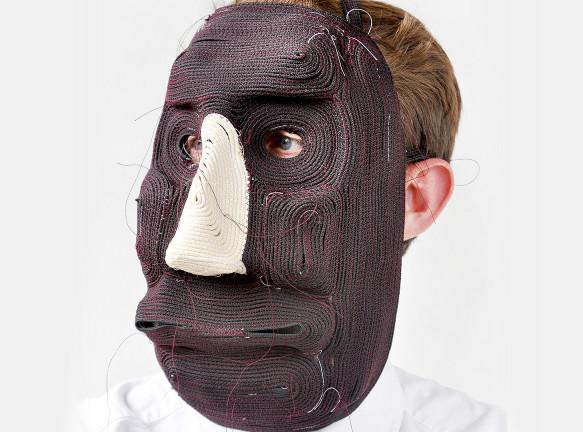 Бертьян Пот: человек в шутливой маске