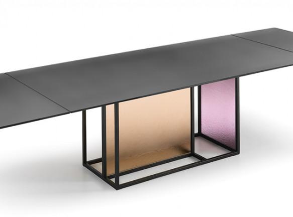 Стеклянные столы: цвета и фактуры 2019 года