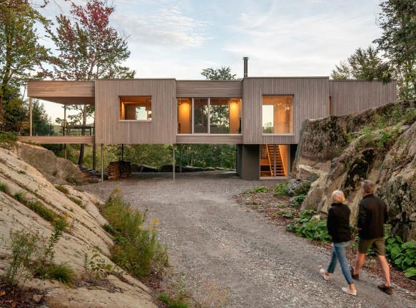 Natalie Dionne Architecture: деревянный дом на скале в лесу