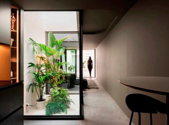 Paulo Martins Arquitectura: узкий дом с патио в Португалии
