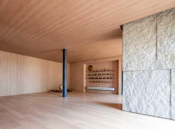 100A Associates: студия йоги на вершине холма в Сеуле