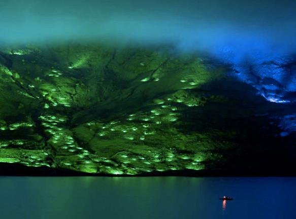 Световая инсталляция на побережье ирландского озера