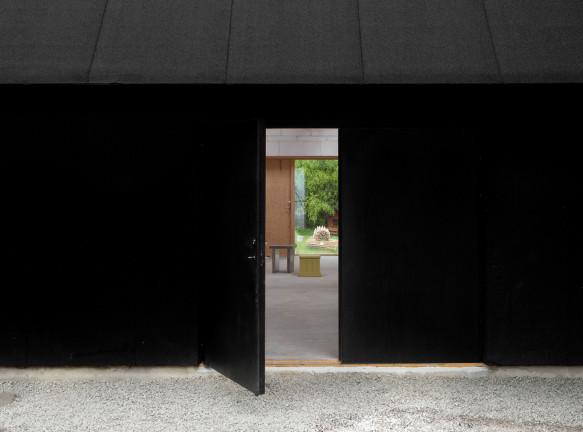 Черный дом-мастерская для двух художников в Швеции