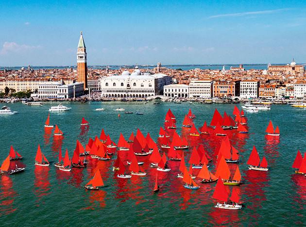 Арт-биеннале в Венеции: красная регата Мелиссы МакГилл