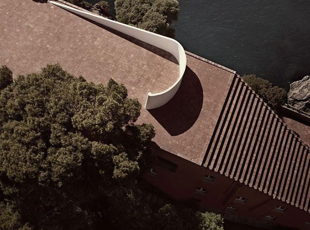 Кейт Мосс на ступенях лестницы Адальберто Либеры