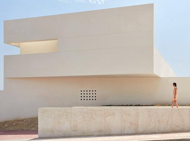 Balzar Arquitectos: белоснежный дом у розовой лагуны