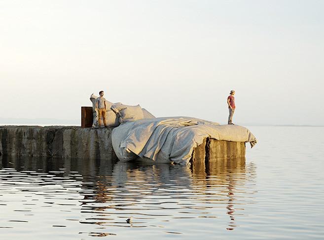 Скульптура на пирсе: постель бога и карусель над водой