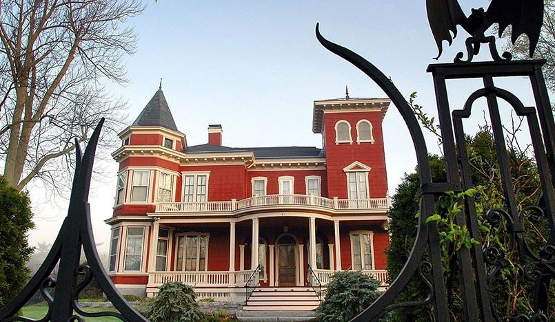 Стивен Кинг предлагает поселиться в его доме