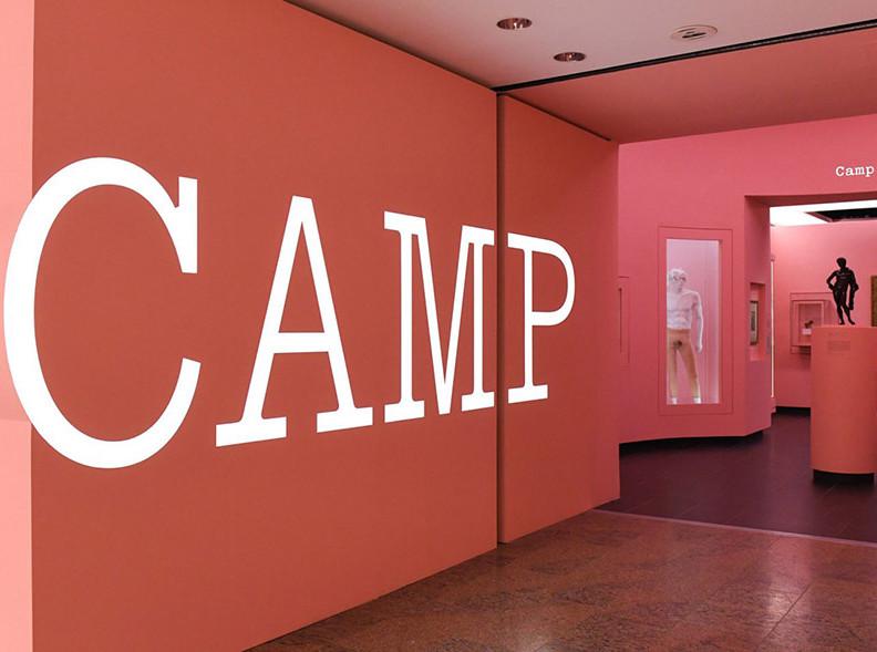 Кэмп: подробности о главной выставке в Институте костюма