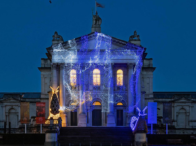 Музей Tate Britain украсили светящиеся слизняки