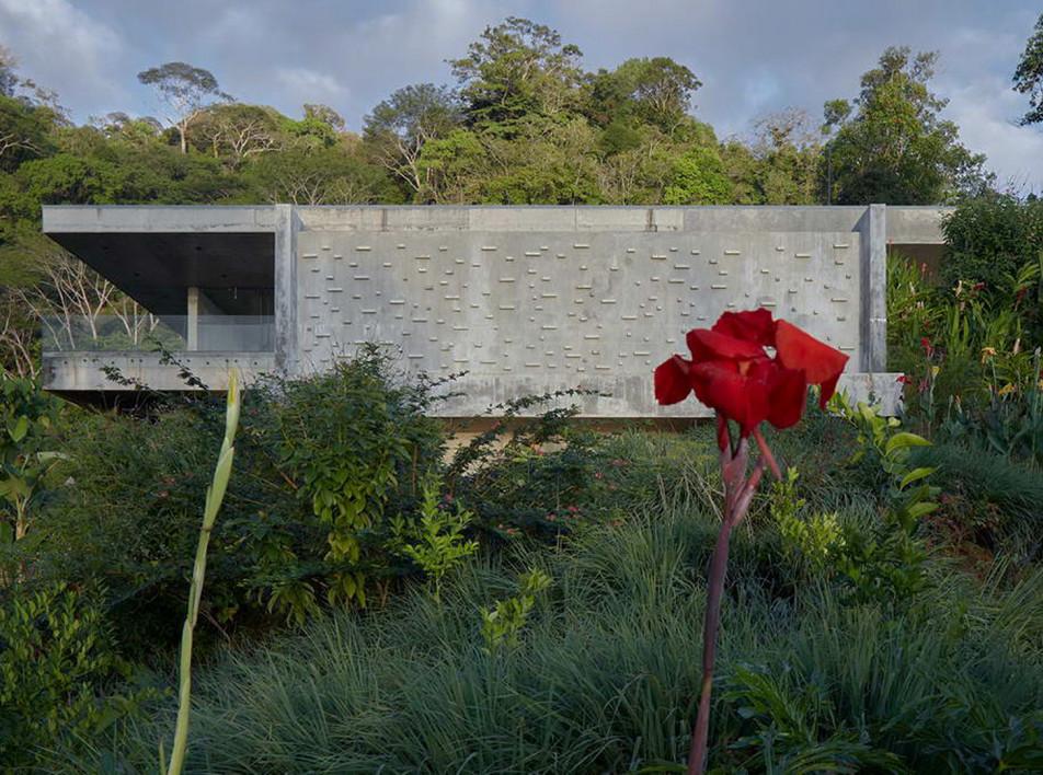 Refuel Works и Formafatal: бетонная вилла в джунглях