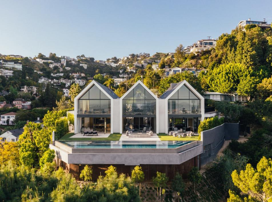Дом c бассейном по проекту Standard Architecture