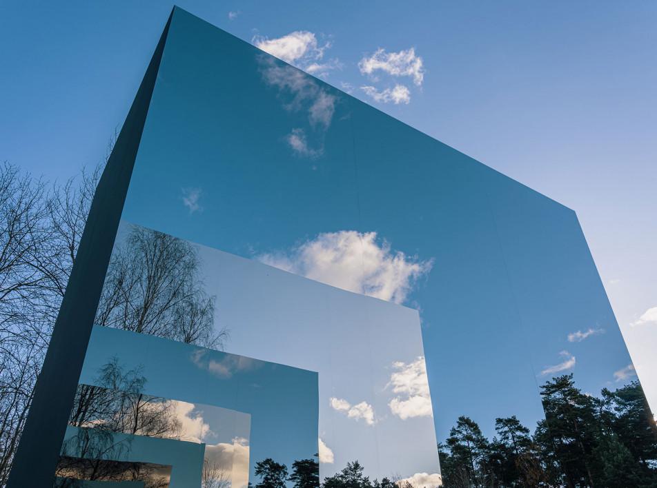 Зеркальная скульптура в парке Казимира Малевича