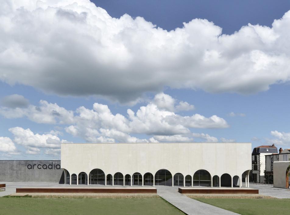 Кинотеатр с колоннадой по проекту Tracks Architectes
