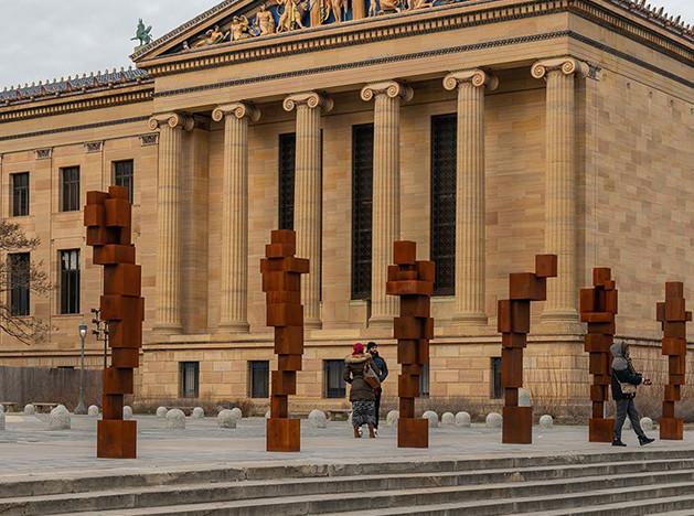 Энтони Гормли выставил скульптуры на ступенях музея