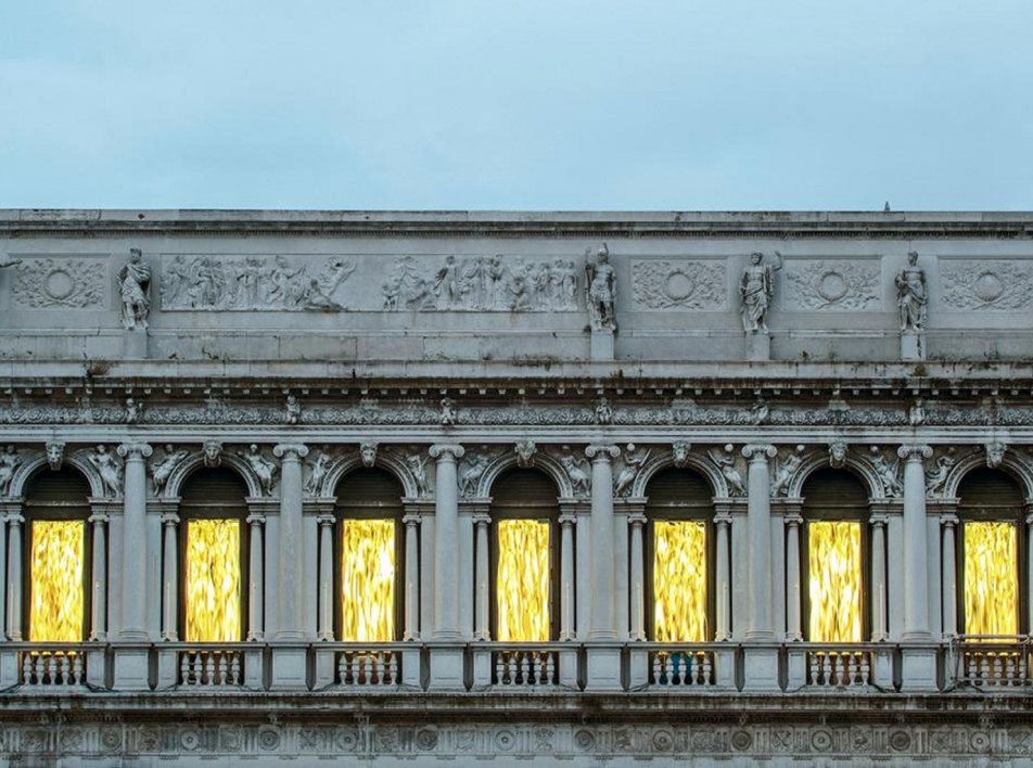 Золотая инсталляция Фабрицио Плесси в Венеции