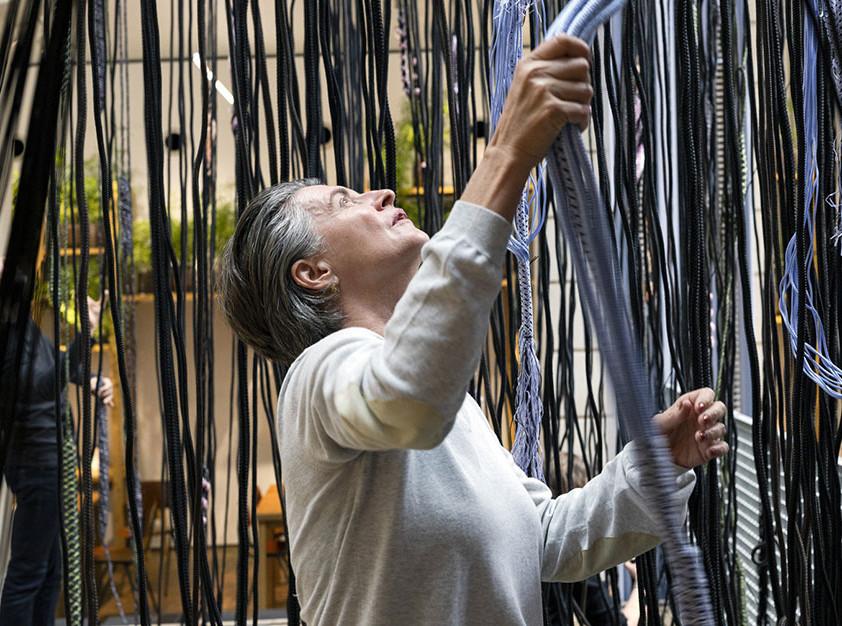 Хелла Йонгериус: текстильная фабрика в парижской галерее