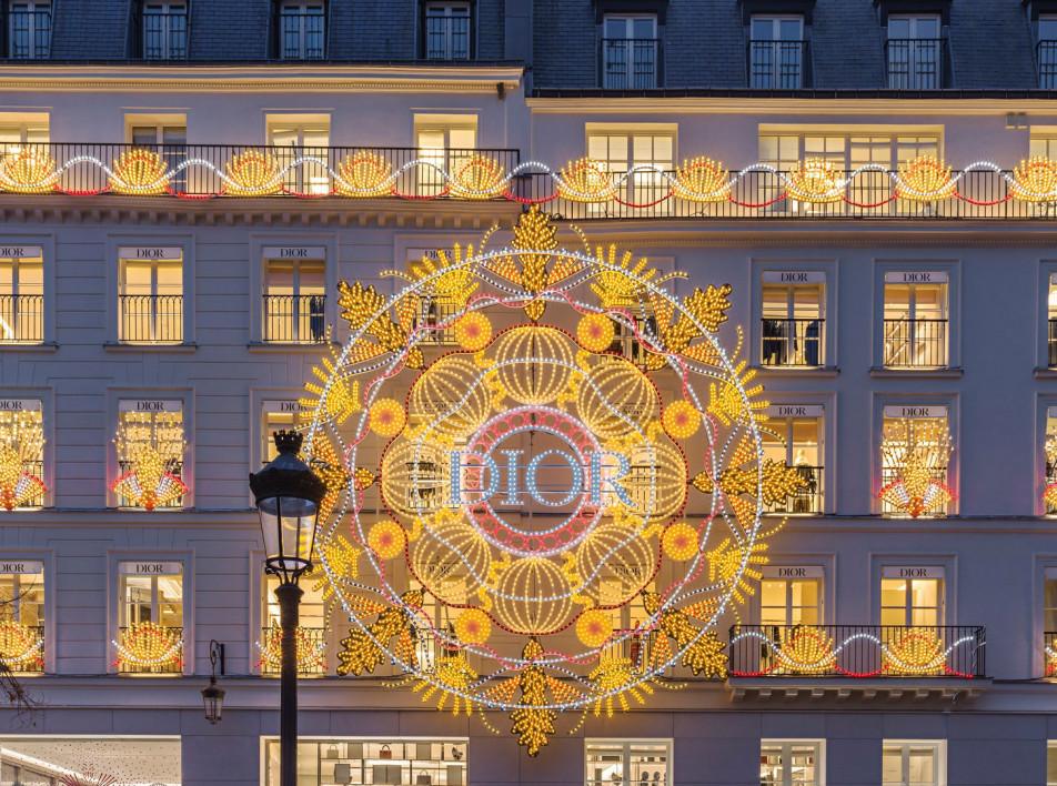 Праздник с Dior : традиции рождественского декора в одном видео
